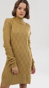 Żółta sukienka born2be z golfem