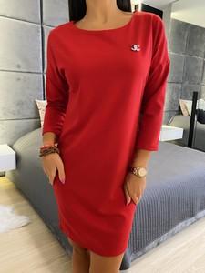 Czerwona sukienka ModnaKiecka.pl prosta z okrągłym dekoltem z długim rękawem
