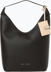Torebka Calvin Klein na ramię z breloczkiem w stylu casual