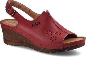 Czerwone sandały Pollonus na koturnie z klamrami w stylu casual