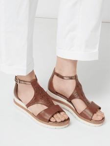 Brązowe sandały Tamaris z klamrami na platformie