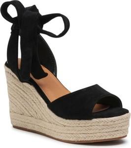 Czarne sandały DeeZee z klamrami na koturnie
