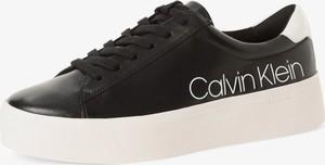 Czarne trampki Calvin Klein sznurowane z płaską podeszwą z tkaniny