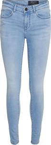 Niebieskie jeansy Emp w street stylu