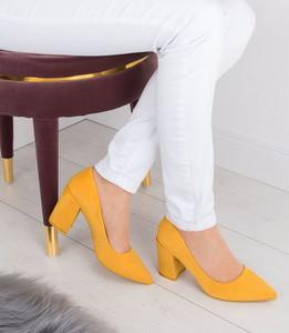 Czółenka Ideal Shoes na średnim obcasie ze spiczastym noskiem na słupku