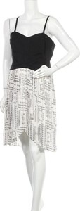 Sukienka Guess z dekoltem w kształcie litery v na ramiączkach asymetryczna