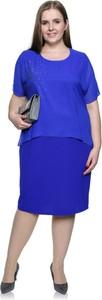 Niebieska sukienka modneduzerozmiary.pl z szyfonu midi z okrągłym dekoltem