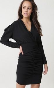 Czarna sukienka born2be z dekoltem w kształcie litery v mini kopertowa