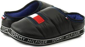 Czarne kapcie Tommy Hilfiger w stylu casual