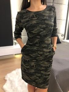 Sukienka ModnaKiecka.pl w militarnym stylu z okrągłym dekoltem prosta
