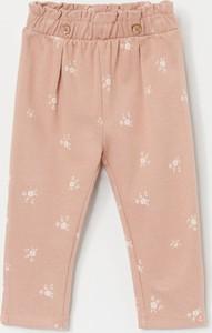 Różowe spodnie dziecięce Reserved w kwiatki
