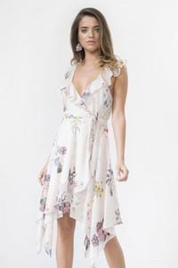 Sukienka Urban Touch asymetryczna z dekoltem w kształcie litery v midi