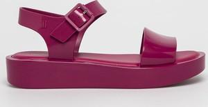 Sandały Melissa z klamrami na niskim obcasie w młodzieżowym stylu