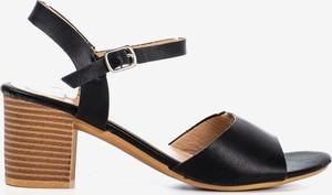 Czarne sandały Royalfashion.pl z klamrami na średnim obcasie