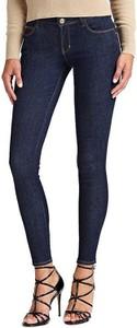 Niebieskie jeansy Guess w street stylu z jeansu