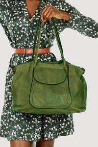 Zielona torebka Merg ze skóry w wakacyjnym stylu na ramię