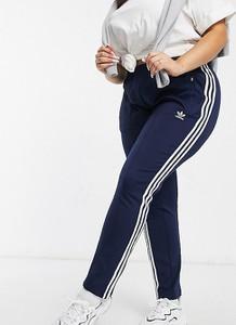 Granatowe spodnie sportowe Adidas Originals w sportowym stylu