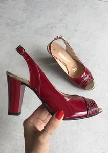 Czerwone czółenka Saway w stylu klasycznym z klamrami ze skóry