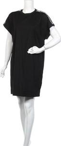 Czarna sukienka Karl Lagerfeld z krótkim rękawem z okrągłym dekoltem mini