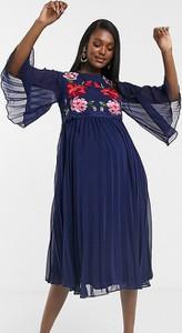 ASOS DESIGN Maternity – Plisowana, dwuwarstwowa sukienka midi w kolorze granatowym z ozdobnym haftem