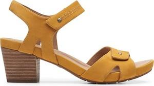 Brązowe sandały Clarks na obcasie z nubuku