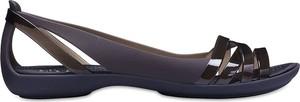 Sandały Crocs z płaską podeszwą w street stylu