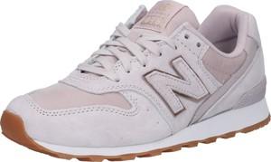 Różowe buty sportowe New Balance z płaską podeszwą w młodzieżowym stylu