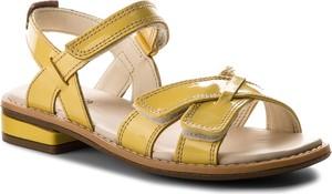 Żółte buty dziecięce letnie Clarks z płaską podeszwą ze skóry ekologicznej w stylu glamour