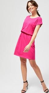 Różowa sukienka Moodo trapezowa z krótkim rękawem