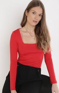 Czerwona bluzka born2be w stylu casual z okrągłym dekoltem