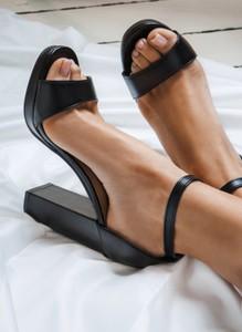Czarne sandały deezee na słupku z klamrami