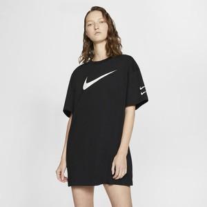 Sukienka Nike z krótkim rękawem w sportowym stylu prosta