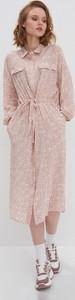 Różowa sukienka House z długim rękawem z dekoltem w kształcie litery v