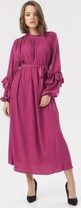 Różowa sukienka born2be maxi
