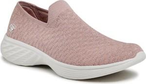 Różowe buty sportowe Skechers w sportowym stylu