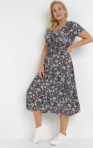 Granatowa sukienka born2be trapezowa