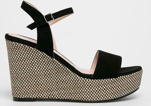 Czarne sandały Gino Rossi ze skóry z klamrami na koturnie