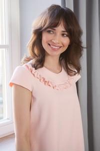 Różowa sukienka butik-choice.pl z okrągłym dekoltem z krótkim rękawem