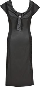 Czarna sukienka Fokus z krótkim rękawem dopasowana z tkaniny