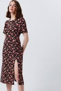 Sukienka Cropp z dekoltem w kształcie litery v maxi