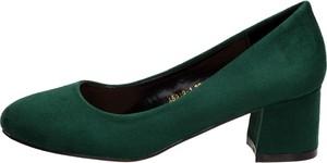 Zielone czółenka Suzana z zamszu na słupku