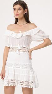 Sukienka born2be z odkrytymi ramionami mini z krótkim rękawem