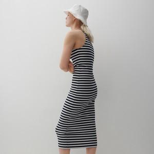 Sukienka Reserved w stylu casual z okrągłym dekoltem prosta