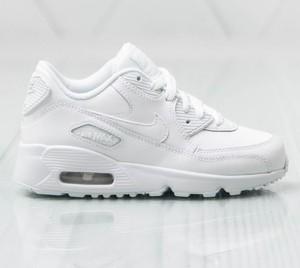 białe buty z nike sznurowane