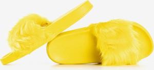 Żółte kapcie Royalfashion.pl z płaską podeszwą