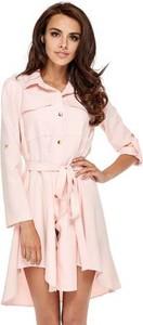 Różowa sukienka Ooh la la w militarnym stylu z dzianiny