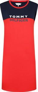 Czerwona sukienka Tommy Hilfiger z okrągłym dekoltem bez rękawów w stylu casual