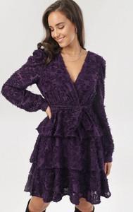 Sukienka born2be trapezowa z dekoltem w kształcie litery v z długim rękawem