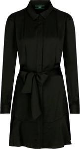 Czarna sukienka Guess z kołnierzykiem mini