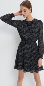 Czarna sukienka Mohito z okrągłym dekoltem trapezowa mini